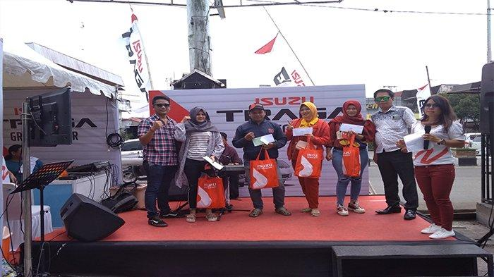 Tri Juarai Lomba Karoke Pada Isuzu Traga Grebeg Pasar