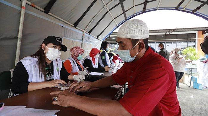 Pemeriksaan swab PCR secara random kepada 50 orang dari 241 penumpang KM Lawit di Pelabuhan Dwikora Pontianak, Jalan Pak Kasih, Pontianak, Kalimantan Barat, Rabu 10 Februari 2021. Pelabuhan Dwikora Pontianak menerapkan protokol kesehatan yang ketat untuk penumpang kapal yang naik atau turun di pelabuhan tersebut. TRIBUN PONTIANAK/DESTRIADI YUNAS JUMASANI