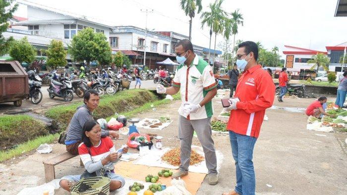 Pemuda Katolik Gandeng PMI Bagikan Masker dan Vitamin Kepada Pedagang di Sanggau