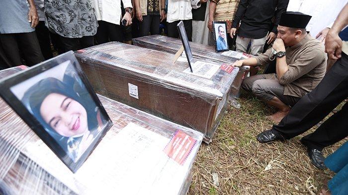 Pemulangan lima jenazah korban Sriwijaya Air SJ182 yang merupakan satu keluarga, langsung disalatkan di Masjid Al Hikmah, Jalan Dr Wahidin Sudirohusodo, Pontianak Kalimantan Barat, Minggu 24 Januari 2021. Jenazah Toni Ismail, Rahmawati, Ranti Windani, Yumna Fanisya Tuzahra, dan Athar Rizky Riawan kemudian dimakamkan dalam satu liang lahat di Pemakaman Tanah Wakaf Majelis Taklim Babussalam yang tidak jauh dari rumah korban.