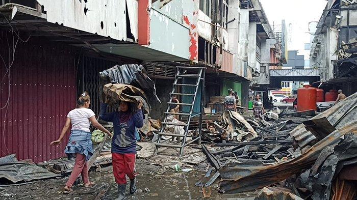 Belasan Pemulung Kumpulkan Sisa Barang Kebakaran Ruko di Pontianak