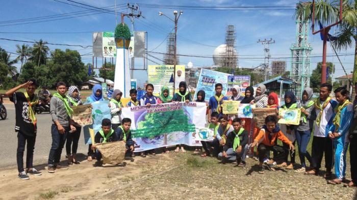 Peringati Hari Bumi, Relawan Tajam dan RebonK Tanam 83 Bibit Pohon di Pantai Pasir Mayang - pemutaran-film-lingkungan-dan-taman-bacaan_20160426_205536.jpg