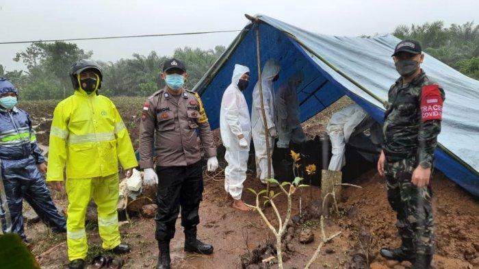 Personel Polsek Sanggau Ledo Amankan Pemakaman Jenazah Pasien Covid-19