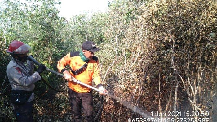 Panit Sabhara Polsek Paloh Pimpin Penyemprotan di Titik Karhutla Desa Mentibar