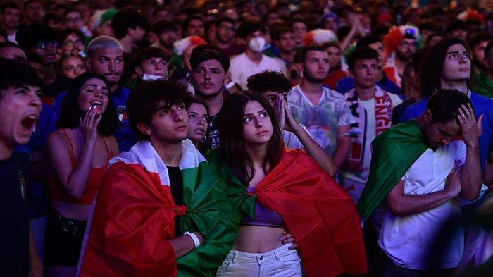 FINAL EURO - Potret pendukung Timnas Italia saat nonton bareng (nobar) final UEFA EURO 2020 antara Inggris vs Italia, di Piazza del Popolo, Roma, Italia, Senini 12 Juli 2021 dini hari WIB.