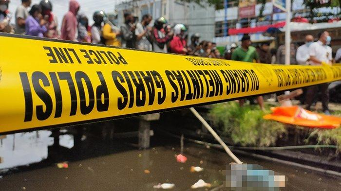 Warga Sungai Raya Dalam dihebohkan dengan adanya penemuan mayat perempuan yang sudah mengapung di parit, tepatnya di Sungai Raya Dalam, Kabupaten Kubu Raya, pada Rabu 10 Februari 2021.