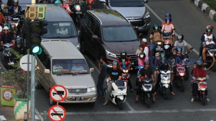 FOTO: Meski Ada Larangan, Pengamen dan Peminta Sumbangan Berkeliaran di Simpang Lampu Merah - pengamen1.jpg