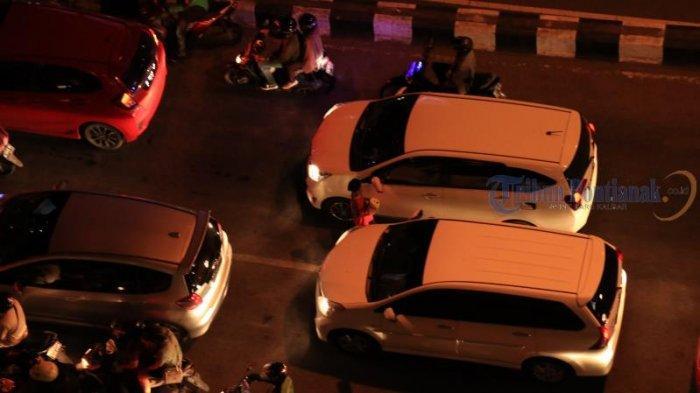 FOTO: Meski Ada Larangan, Pengamen dan Peminta Sumbangan Berkeliaran di Simpang Lampu Merah - pengamen2.jpg