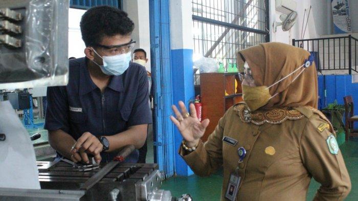 Pengawas Pembina Diknas Kalbar, Dr.Hj. Eka Suharti Aprilianti, MM, meninjau ruangan praktik Jurusan Teknik Pemesinan, Selasa, 9 Maret 2021.