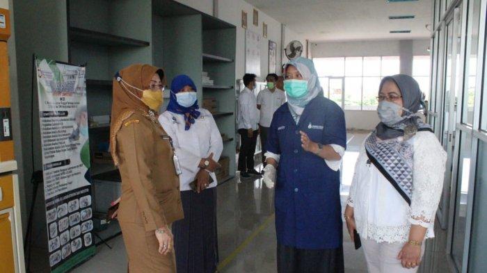 Pengawas Pembina Diknas Kalbar, Dr.Hj. Eka Suharti Aprilianti, MM, meninjau ruangan praktik Jurusan Analis Pengujian Laboratorium, Selasa, 9 Maret 2021.
