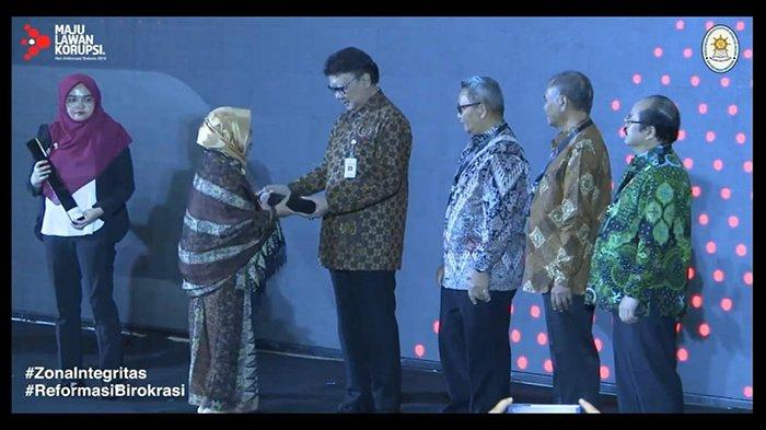 SMK SMTI Pontianak Raih Penghargaan Wilayah Bebas Korupsi (WBK) dari Kementerian PANRB - penghargaan-zona-integritas-wbk-kepala-smk-smti-pontianak.jpg