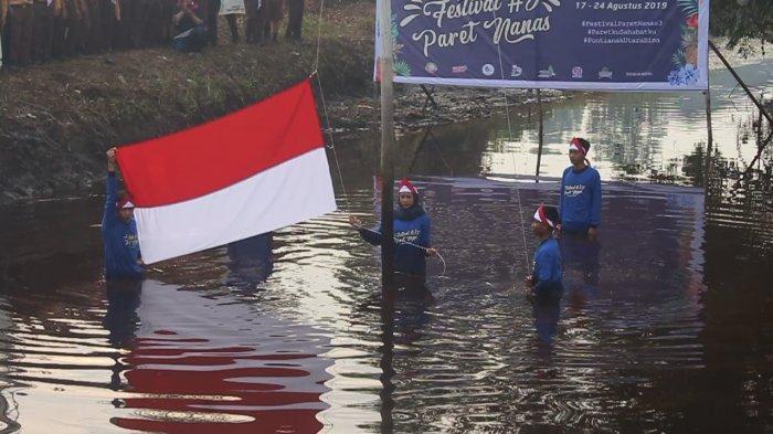 Kibarkan Bendera Merah Putih di Tengah Paret Nanas, Ajak Masyarakat Peduli