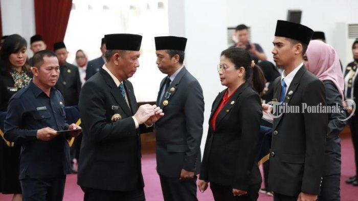 FOTO: Penyematan Tanda Kehormatan Satya Lancana Karya Satyaoleh Gubernur Kalbar Sutarmidji - penyematan2.jpg