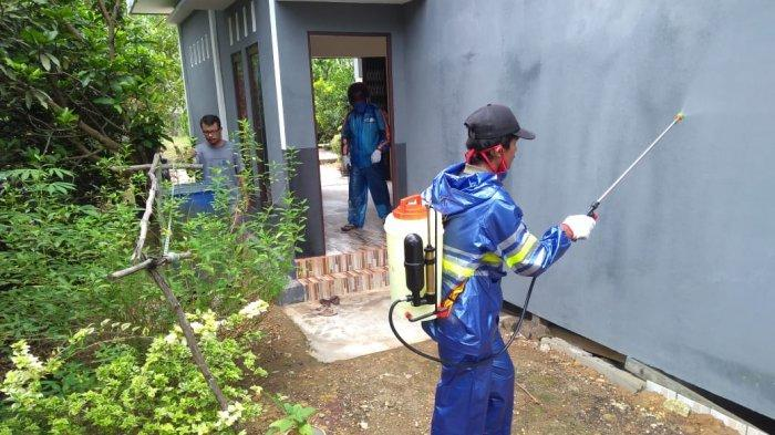 Relawan Covid-19 Semprot Ribuan Rumah dengan Disinfektan di Desa Sungai Ringin Sekadau