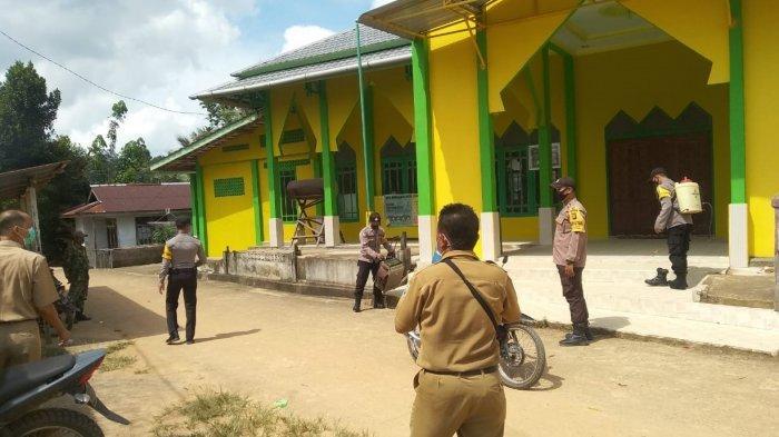 Sterilisasi, Polisi dan TNI Semprot Tempat Ibadah dengan Disinfektan di Bonti