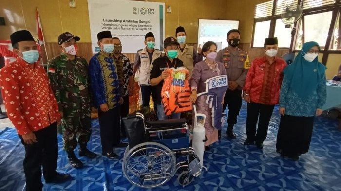 YBM PLN Serahkan Bantuan Ambulans Sungai untuk Puskesmas Sejangkung