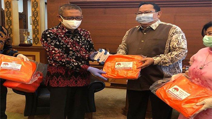 Penyerahan secara simbolis bantuan yang diberikan oleh PTK Indonesia diwakili  Dewan Pengawas, Haji Aryanto kepada Gubernur Kalbar, Sutarmidji  di Pendopo Kantor Gubernur Kalbar, Pontianak, Kamis 5 November 2020.