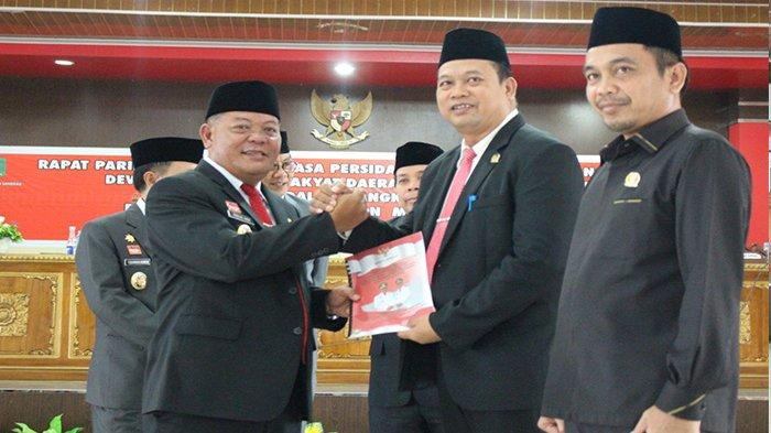 Delapan Prioritas Daerah Kabupaten Sanggau Tahun 2014-2019 - penyerahkan-secara-simbolis-visi-misi-bupati-sanggau-kepada-ketua-dprd-sanggau.jpg