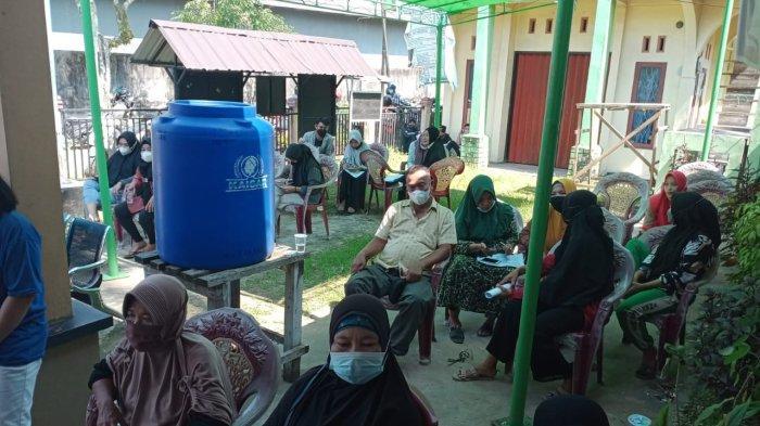 Warga Berbondong-bondong Datangi Balai Desa untuk Divaksin