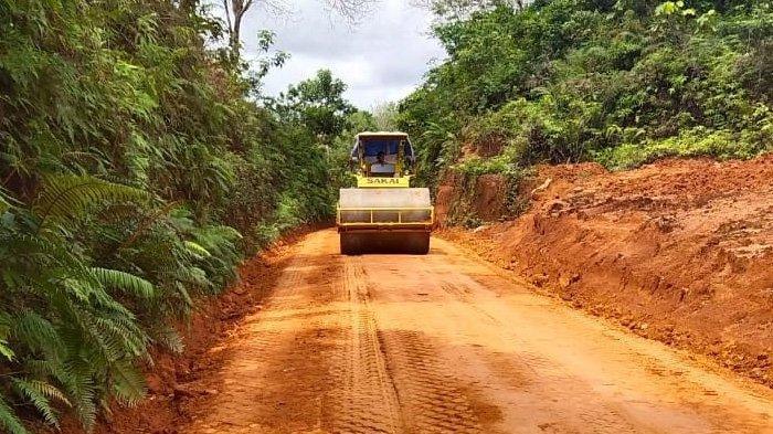 Bantu Akses Warga dengan Lakukan Perbaikan Jalan, PT CITA Peroleh Penghargaan Gubernur Kalbar