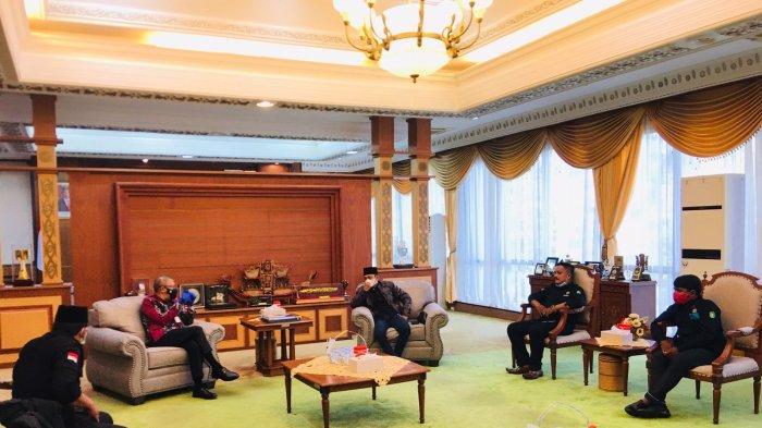 Ketua Umum LSKM Kalimantan Barat Guntur Perdana bersama rombongan saat berbincang-bicang dengan Gubernur Kalbar, Sutarmidji, Kamis 14 Oktober 2021.