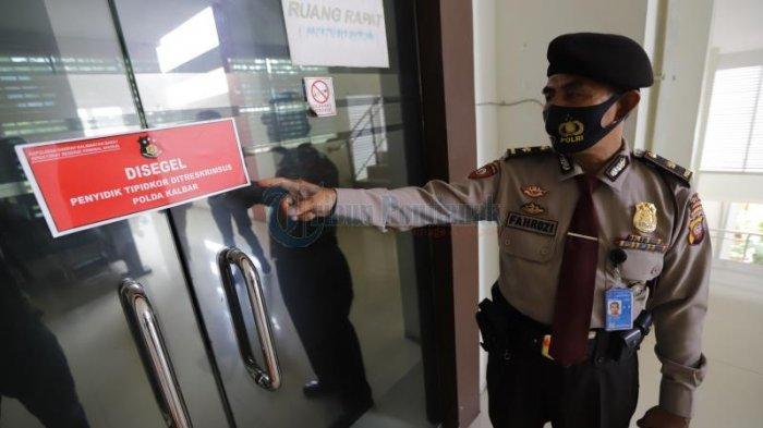 FOTO: Penyidik Polda Kalbar Periksa Berkas Kantor Dinas Pekerjaan Umum Bidang Bina Marga