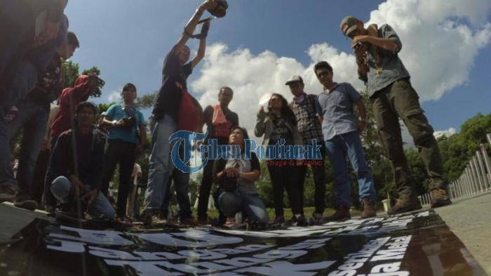 Jurnalis di Kalbar Tuntut Upah Layak - peringatan-hari-pers-internasional_20160503_140337.jpg