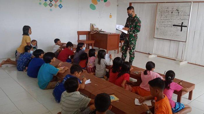 Satgas Pamtas Yonif Mekanis 643/Wns Bantu Mengajar Anak-anak di Perbatasan