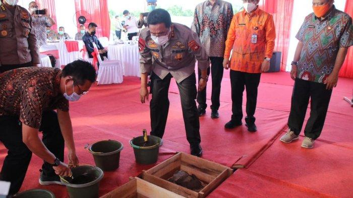 Kapolda Kalbar Irjen Pol Dr. R. Sigid Tri Hardjanto mengikuti peresmian perumahan bagi Pegawai Negeri Pada Polri (PNPP) yang dilaksanakan di Jalan Ampera Raya, Kecamatan Sungai Ambawang, Kabupaten Kubu Raya, Jumat 4 Juni 2021.