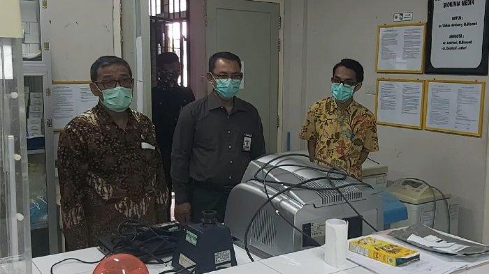 FOTO : Anggota DPR RI Asal Kalbar Tinjau Mesin Pendeteksi Virus Corona di RS Untan Pontianak - perwakilan-dari-untan-dan-anggota-dpr-ri-asal-kalbar3.jpg