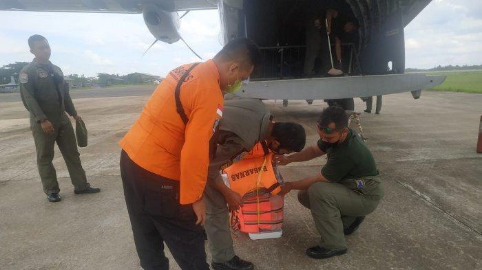 PESAWAT - Anggota TNI AL dari Lantamal XII Pontianak mempersiapkan pesawat untuk melakukan pencarian korban kapal tenggelam. Lantamal XII Pontianak memperluas sektor pencarian korban kapal tenggelam di Kalbar melalui udara, dengan menggunakan pesawat CN 235 dan Cassa dari TNI Angkatan Laut, Senin 19 Juli 2021.