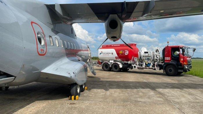 PESAWAT - Petugas memperispkan pesawat untuk pencarian korban kapal tenggelam. Lantamal XII Pontianak memperluas sektor pencarian korban kapal tenggelam di Kalbar melalui udara, dengan menggunakan pesawat CN 235 dan Cassa dari TNI Angkatan Laut, Senin 19 Juli 2021.