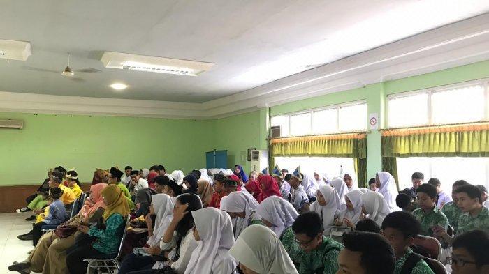 UPT Balai Bahasa Kalbar Gelar Lomba Berbalas Pantun bagi Siswa SMA/MA/SMK Se-Kalimantan Barat - peserta-lomba-berbalas-pantun-adalah-perwakilan-siswa.jpg