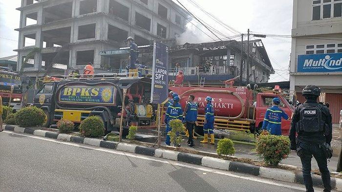 BREAKING NEWS - Kebakaran Lahap Bangunan Ruko 2 Lantai di Singkawang