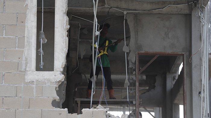 Petugas membongkar satu unit Ruko yang berada di Jalan Purnama Agung V, Pontianak, Kalimantan Barat, Selasa 16 Februari 2021. Kepala Dinas Pekerjaan Umum dan Penataan Ruang (PUPR) Kota Pontianak Firayanta menegaskan satu unit bangunan tersebut telah melanggar Garis Sempadan Bangunan (GSB) serta tidak mengantongi Izin Mendirikan Bangunan (IMB) untuk satu Ruko yang dibongkar.