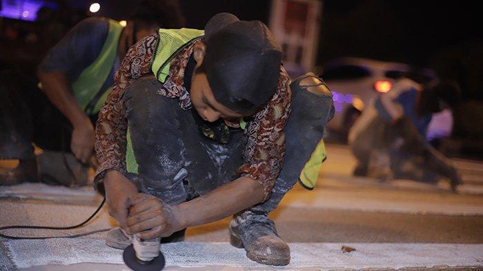BERITA FOTO - Dikeluhkan Masyarakat, Petugas Akhirnya Mengikis Pita Penggaduh di Jalan A Yani - petugas-mengurangi-sudut-kemiringan-pada-pita-penggaduh-1.jpg