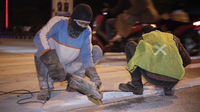 BERITA FOTO - Dikeluhkan Masyarakat, Petugas Akhirnya Mengikis Pita Penggaduh di Jalan A Yani - petugas-mengurangi-sudut-kemiringan-pada-pita-penggaduh-2.jpg
