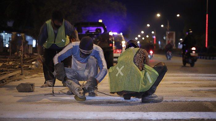 BERITA FOTO - Dikeluhkan Masyarakat, Petugas Akhirnya Mengikis Pita Penggaduh di Jalan A Yani - petugas-mengurangi-sudut-kemiringan-pada-pita-penggaduh-3.jpg