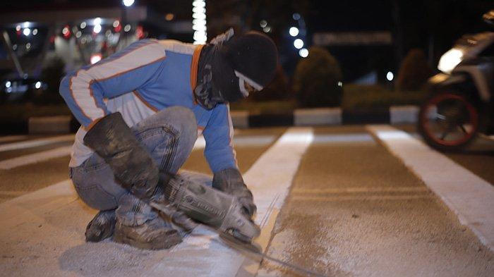 BERITA FOTO - Dikeluhkan Masyarakat, Petugas Akhirnya Mengikis Pita Penggaduh di Jalan A Yani - petugas-mengurangi-sudut-kemiringan-pada-pita-penggaduh-4.jpg