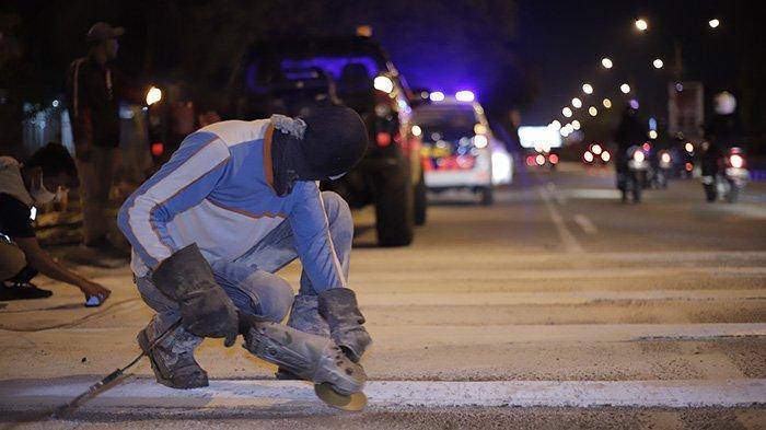BERITA FOTO - Dikeluhkan Masyarakat, Petugas Akhirnya Mengikis Pita Penggaduh di Jalan A Yani - petugas-mengurangi-sudut-kemiringan-pada-pita-penggaduh-5.jpg