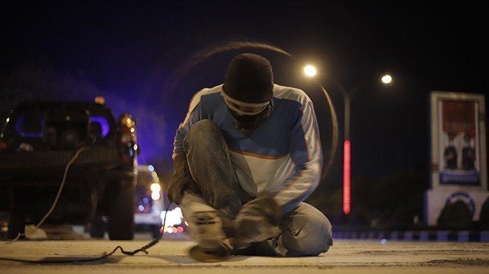 BERITA FOTO - Dikeluhkan Masyarakat, Petugas Akhirnya Mengikis Pita Penggaduh di Jalan A Yani - petugas-mengurangi-sudut-kemiringan-pada-pita-penggaduh-6.jpg