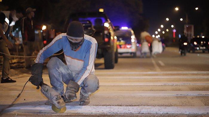 BERITA FOTO - Dikeluhkan Masyarakat, Petugas Akhirnya Mengikis Pita Penggaduh di Jalan A Yani - petugas-mengurangi-sudut-kemiringan-pada-pita-penggaduh-7.jpg