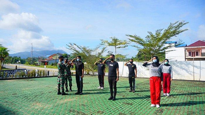 Personel Satgas Yonif 642 Berikan Pelatihan Bela Negara Kepada CPNS Cabjari Sanggau di Entikong