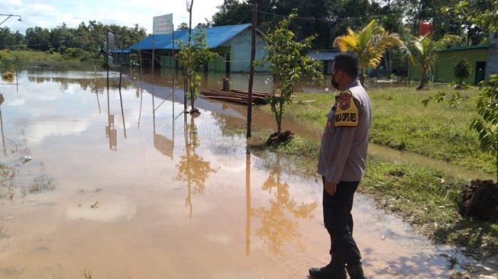 Pimpin Patroli Banjir, Wakapolres Melawi Imbau Warga untuk Waspada