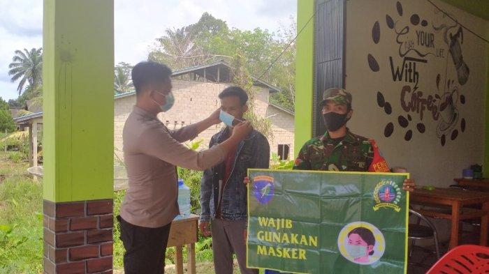 Bhabinkamtibmas dan Babinsa di Seluas Bengkayang Kompak Berikan Imbauan Pakai Masker pada Masyarakat