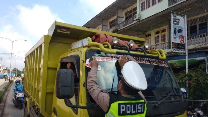 Personel Satuan Lalu Lintas (Satlantas) Polres Melawi dengan cara menempelkan stiker bertuliskan 'Ayo Pakai Masker' di kendaraan pribadi, angkutan umum, dan angkutan barang, Selasa 20 April 2021 pagi.