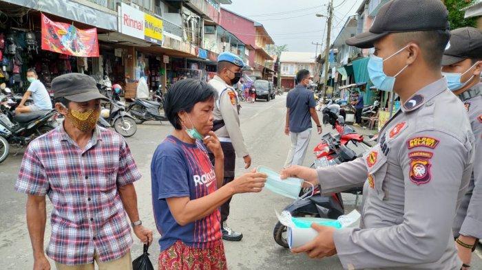 Lakukan Tindakan Nyata, Satgas KRYD Polres Melawi Bagikan Masker dan Berikan Edukasi Kesehatan
