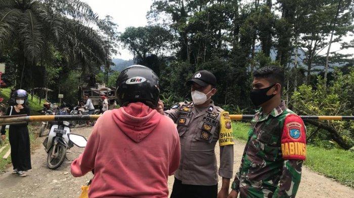 Polsek Sayan-Koramil dan Keamanan PT Erna Djulianti Lakukan Penyekatan di Perbatasan Kalbar-Kalteng