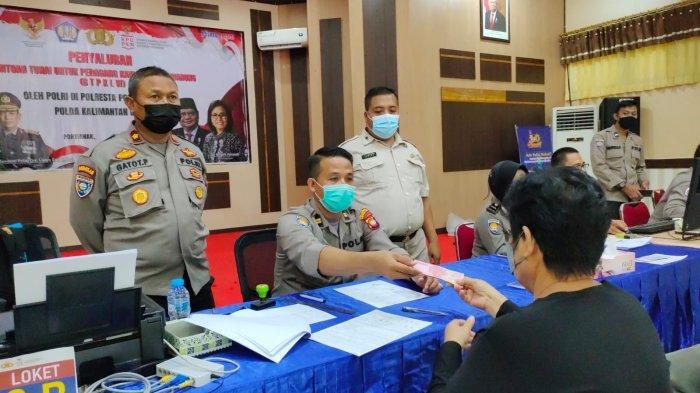 Polresta Pontianak Salurkan Bantuan Tunai pada Pedagang Kaki Lima dan Warung