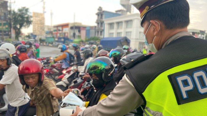 Personel Polresta Pontianak Kota Bagikan Masker kepada Warga